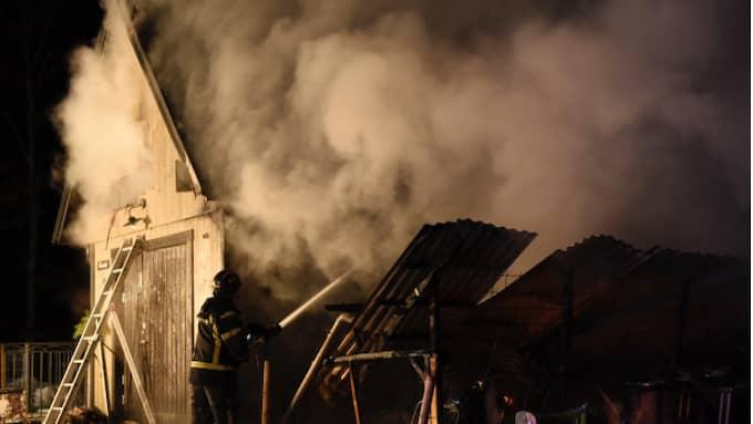 Ett uthus utanför Degeberga i Skåne brann ner under tisdagskvällen. Foto: Anders Grönlund