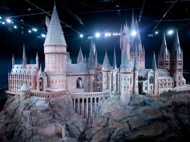 I mitten av november kommer juldekorationer att sättas upp på flera inspelningsplatser på Hogwarts.