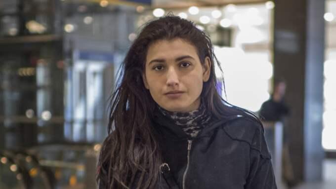 """Gunay Asadova såg överfallen och ramlade ihop av chocken.""""Jag låg på marken. Jag trodde att de skulle hugga folk med knivar"""", säger hon. Foto: Meli Petersson Ellafi"""