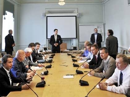 Jimmie Åkesson (stående i mitten) och de övriga sverigedemokraterna har för första gången samlats i riksdagens lokaler. Men redan - bara dagar efter valet - pyr missnöjet med hur partiledaren Åkesson jobbar mot de andra partierna. Foto: Tomas Oneborg / Svd / Scanpix