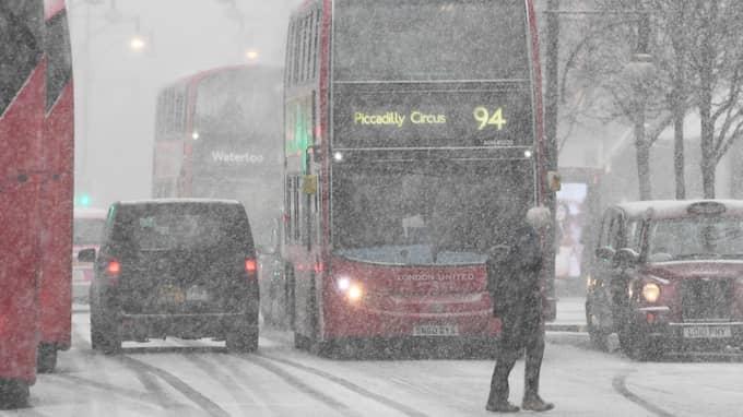 """Snöovädret som i fått smeknamnet """"the beast from the east"""" orsakat stora problem med tåg- och flygtrafiken och tvingat skolor att stänga i Storbritannien. Foto: FACUNDO ARRIZABALAGA / EPA / TT / EPA TT NYHETSBYRÅN"""