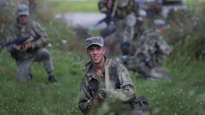 På torsdag inleds den ryska militärövningen Zapad 17. Runt 100 000 soldater väntas delta, och Rysslands grannländer fruktar att övningen är en förberedelse för invasion. Foto: IVAN SEKRETAREV / AP TT NYHETSBYRÅN