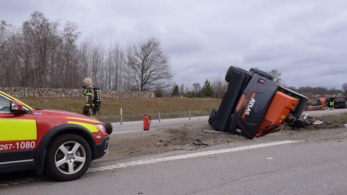 Lastbilen tappade en grävmaskin. Foto: Carl Carlert
