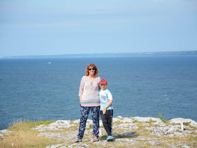<span>Sofie Sjöström med en av sönerna på favoritplatsen på Gotlands östkust.<br></span>