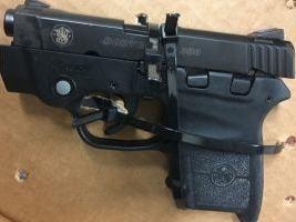 "<span>Pilotens pistol, bild från amerikanska transportsäkerhetsmyndigheten, <a href=""https://www.tsa.gov/news/releases/2017/04/17/co-pilot-arrested-after-he-caught-loaded-gun-albany-airport-monday"" target=""_blank"">TSA</a>.</span>"