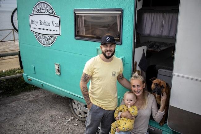 Marcus, Julia, Lilla Oliver och hunden Buddha är vanlifers - och bor i sin turkosa husbil.