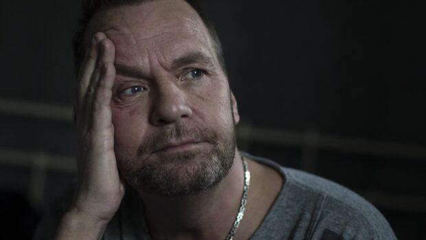 Glenn, 47, hörde misstänkte rånmördaren i trapphuset