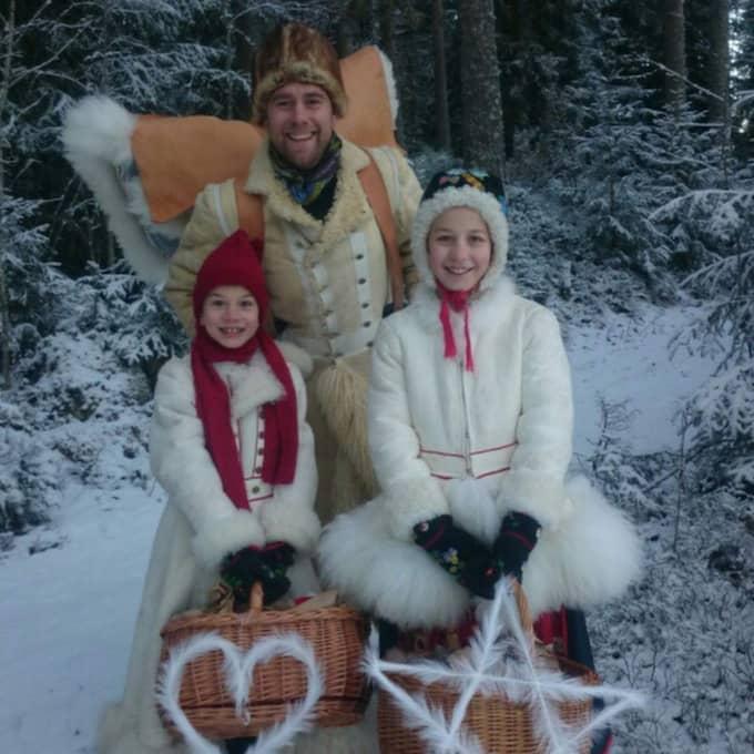 Täpp Lars Arnesson, här med barnen Erik, 9, och Kerstin, 11, berättar hur tillverkningen av Estelles päls gick till. Se steg för steg. Foto: Privat