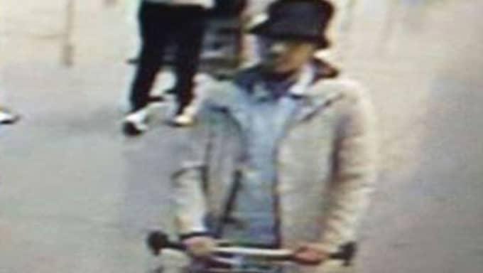 Mannen med hatten har jagats efter terrordådet. Foto: Ap / AP TT NYHETSBYRÅN