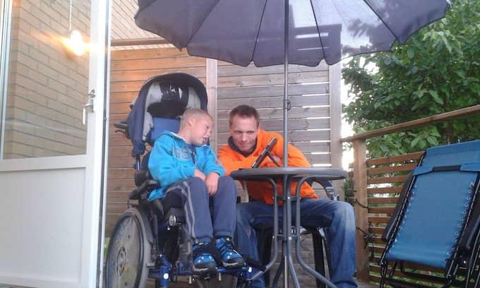 Richard Karlsson med 12-årige sonen Collin, som är multifunktionshindrad. Foto: PRIVAT