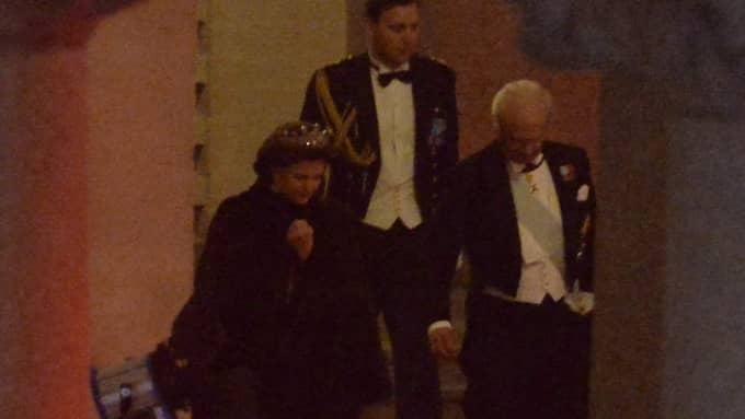 Kungen och drottningen lämnar Nobelfesten strax efter midnatt, långt före alla andra. Foto: Anna-Karin Nilsson
