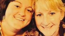Mor och dotter tar tillvara på tiden de har kvar tillsammans genom att skratta. Foto: Via Fox News