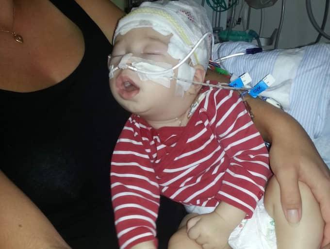 Så här sjuk var lille John under sin sjukhusvistelse. Bebisen krampade upp till 200 gånger per dygn. Foto: Privat