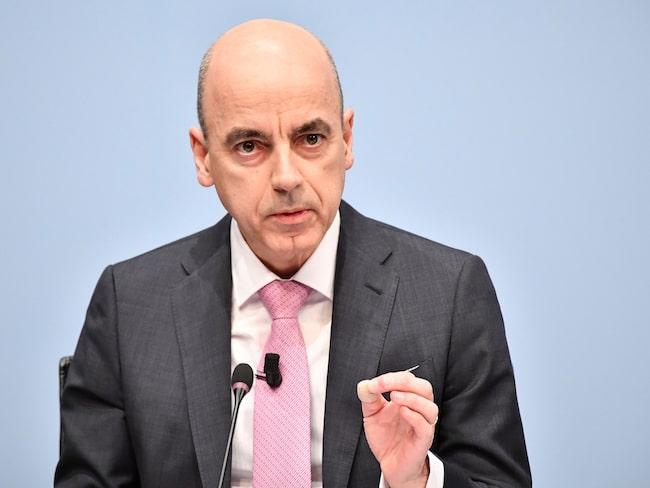 BMW:s finanschef Nicolas Peter berättar att vinstmarginalen kommer att fortsätta sjunka.