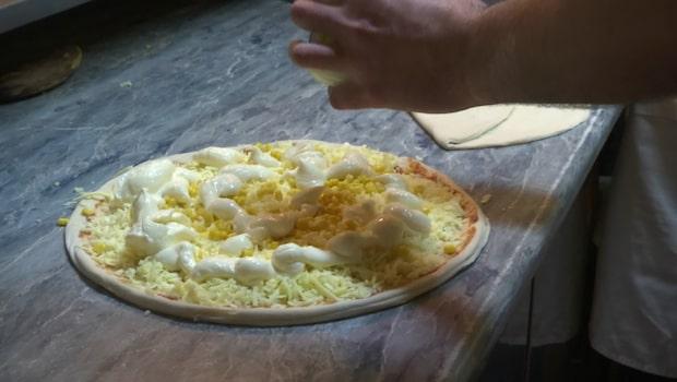 Pizzan som hela nätet pratar om - nu är den i Sverige