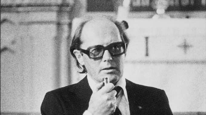 Lars Braw, Kvällspostens mest framgångsrika och visionära redaktionsledare, talar vid en minnesgudstjänst över Carl Gustaf von Rosen 1977. Foto: KVÄLLSPOSTEN