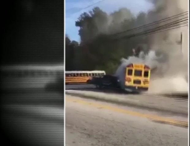 När bilen dånar in i sidan börjar skolbussen brinna