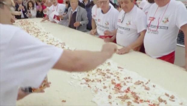 Rekord: 100 pizzabagare friterade världens längsta pizza