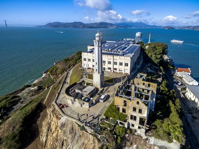 Med strategiskt läge i San Franciscos hamninlopp.