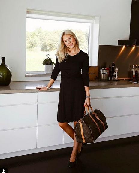 På väg till semester, poserandes med Louis Vuitton-väskan i köket.