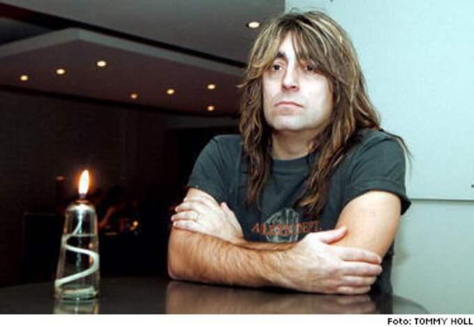 Mikkey Dee är trummis i Motörhead. Bandet bildades på 70-talet, men Mikkey Dee blev medlem 1992. Under 25 år har han ständigt varit på resande fot med först King Diamond och sedan Motörhead.Han bor i villa i Fiskebäck, Göteborg med sambon Mia och sönerna Max, 10, och Marcus 3.