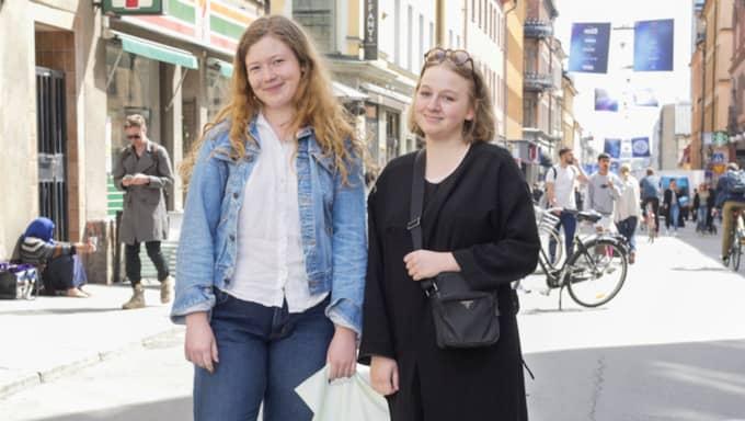 """Niva Ekgren, 20, studerar, Stockholm: """"Abonnemangen går väl ut efter 24 månader och då brukar jag teckna ett nytt. Men jag behåller samma operatör oftast, eftersom de brukar ha bra erbjudande som gör att man stannar kvar. Men jag kollar inte aktivt efter bättre abonnemang."""" Anna Aro, 19, jobbar, Stockholm: """"Jag byter abonnemang när avtalen på köpta telefonen går ut, men jag är inte så lojal mot operatören. Men just nu har jag faktiskt ett rätt dåligt abonnemang, så jag borde verkligen byta!"""" Foto: Ann Jonasson"""