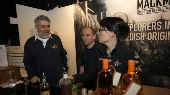 Svensk whisky. Göran Larsson, Johny Westergård och Sofie Wadström från Mackmyra tog tillfället i akt att vårda sina kunder. Foto: Ronny Johannesson