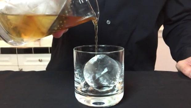 Så enkelt gör du kristallklar is – perfekt till drinkarna