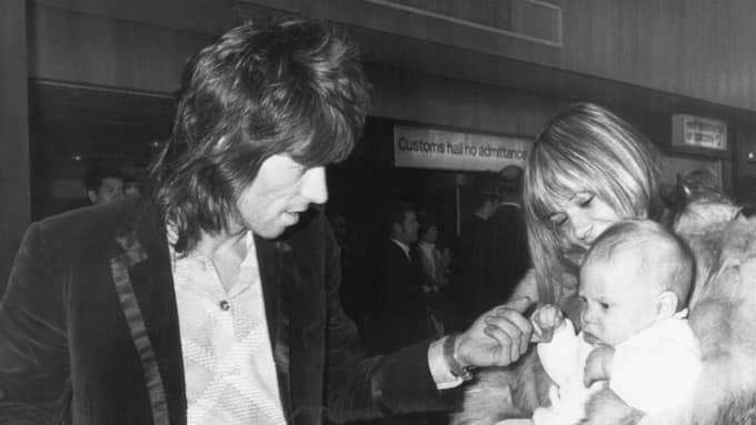 Keith Richards och Anita Pallenberg tillsammans med sin son Marlon. Foto: ANONYMOUS / AP UKPA