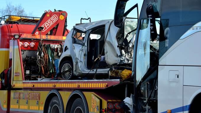 En personbil frontalkrockade med en buss på riksväg 46 i Falköpings kommun på fredagsmorgonen. En man i 50-årsåldern avled i olyckan. Foto: David Skarland
