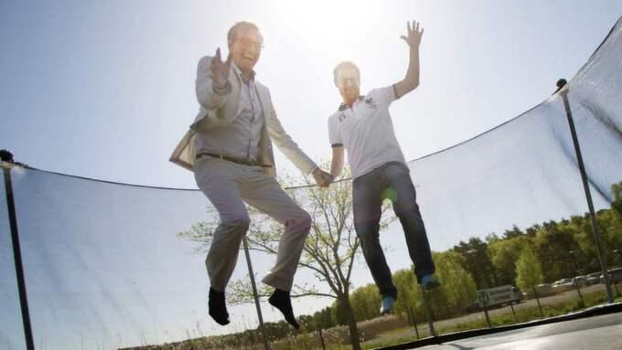 Här ser ni två som är jublande glada! Vd Robert Hejdenberg och sjuksköterskan Samuel Holgersson är tacksamma för de runt 300 000 kronor som Välgörenhetsvarvet dragit in till deras verksamhet på Ågrenska. Foto: Henrik Jansson