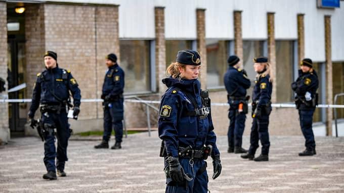 En handgranat exploderade i Vårby gård vid 11-tiden på söndagen. Foto: ALEX LJUNGDAHL
