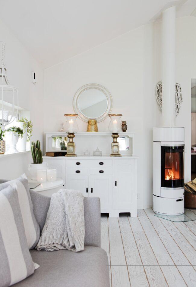 <span>Det rymliga vardagsrummet går i vitt och grått.</span>