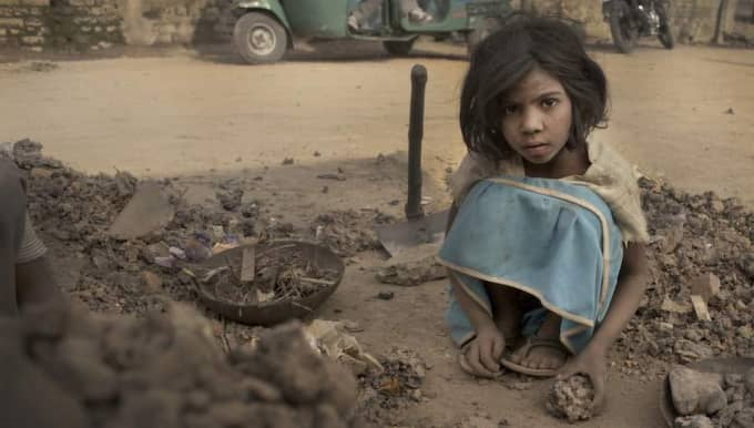 TUNGA METALLER. Sakshi, 8, jobbar varje dag mellan 7 och 14 med elektroniskt skrot från hela världen. Foto: Pieter Ten Hoopen