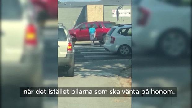 Pojke blev viral han skulle korsa gatan