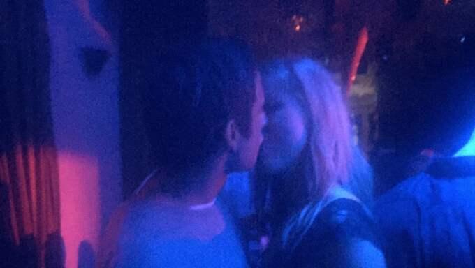 Här kysser Samir Sigrid på en nattklubb i Stockholm. Foto: Läsarbild