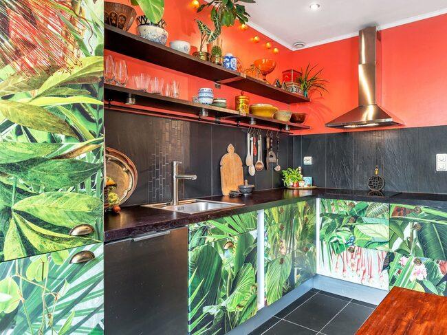 Färgchock! Det här köket har tapetserade skåpluckor – som lätt går att göra om till vita för den som inte är så förtjust i mycket färg och mönster.