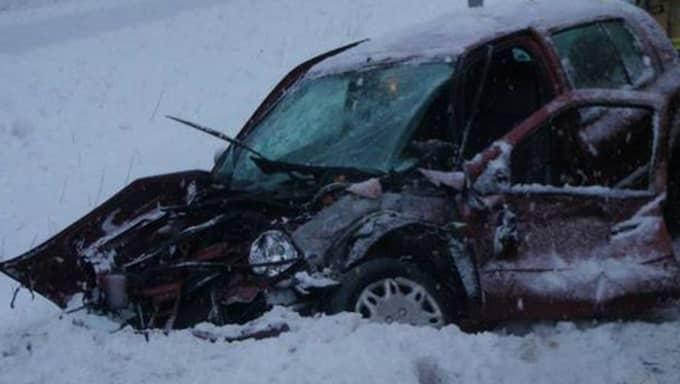 Mannen slängde sig ur bilen precis innan kollisionen. Foto: Bergslagens räddningstjänst