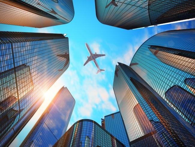 Ju högre planen flyger, desto mindre blir luftmotståndet – och därmed kan flygplanen röra sig fortare och förbruka mindre bränsle.
