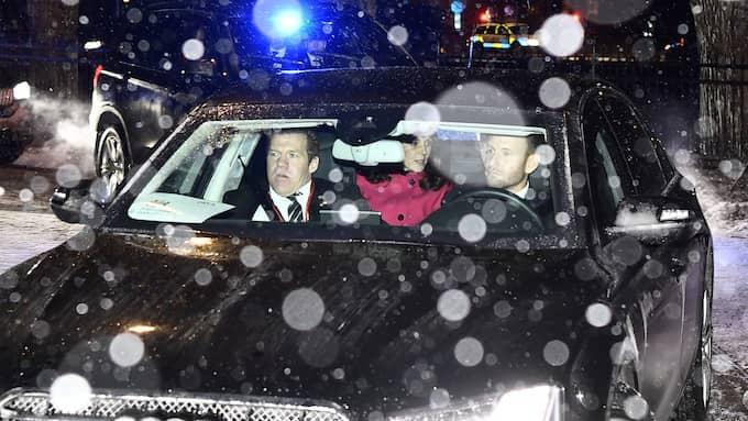 Hertigparet anlände på måndagskvällen och kördes av svensk säkerhetspolis. I baksätet satt Kate och William. Foto: SVEN LINDWALL