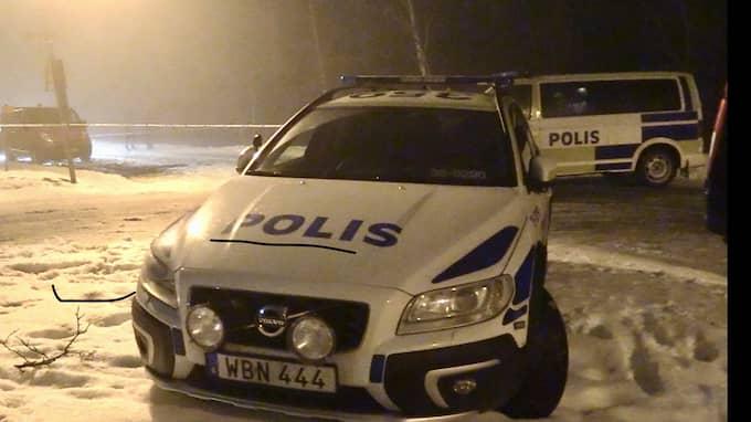 Polisen har inlett en förundersökning om mordförsök efter att två personer hittats skottskadade utomhus norr om Stockholm. Foto: Janne Åkesson/Swepix