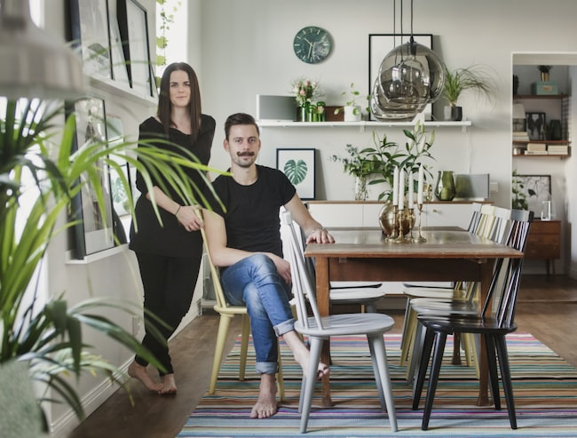 Mycket grönt. Malin och Johan trivs i sitt nya hem, som de inrett med varma färger och mycket växter.