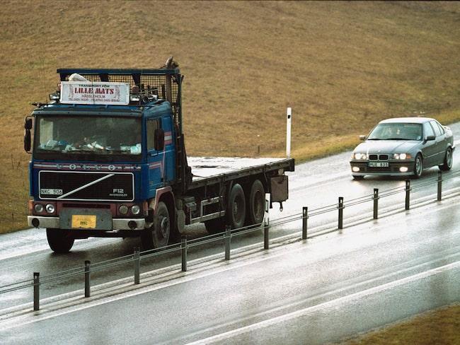 På de enfiliga sträckorna av mötesfria vägar slits asfalten snabbt, eftersom alla fordon kör i samma spår.