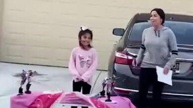 Här överraskas Bella på födelsedagen efter att ha suttit isolerad