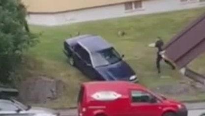 Se när polisen öppnar eld mot bilen
