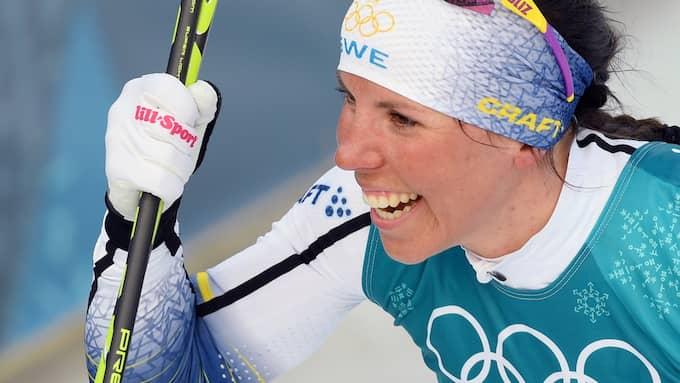 Charlotte Kalla firar sitt OS-guld. Foto: ALEXEY FILIPPOV / SPUTNIK/IBL SPUTNIK