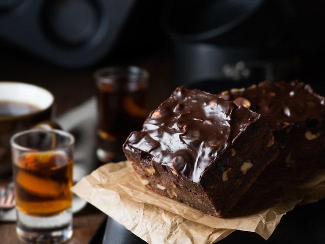 Choklad och mörk rom passar fint ihop. Prova att byta ut dessertvinet mot rom.