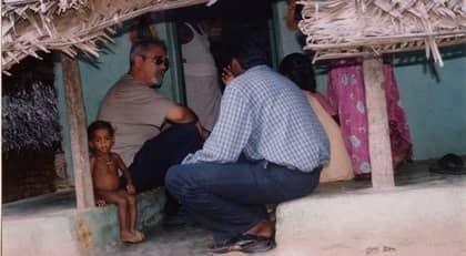 EN HJÄLPANDE HAND. Industriledaren Percy Barnevik har besökt Afghanistan många gånger för hjälporganisationen Hand in Hands räkning. Bilden togs under ett besök i Tamil Nadu i sydöstra Indien. Foto: Hand In Hand