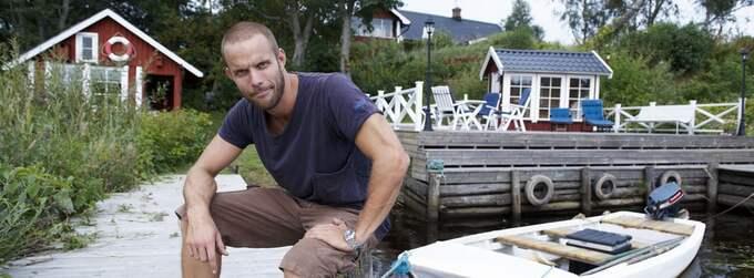 """INGEN SJÖTOMT LÄNGRE. Anders Emilsson är förbannad på mäklarfirman för att de inte tar sitt ansvar. """"Har man skrivit oriktig information i kontraktet får man stå för det"""", säger han. Och Anders har svart på vitt - i kontraktet står det tydligt att villan har tillhörande hamn och sjöbod. Foto: Stefan Lindblom/Helsingborgs-Bild"""