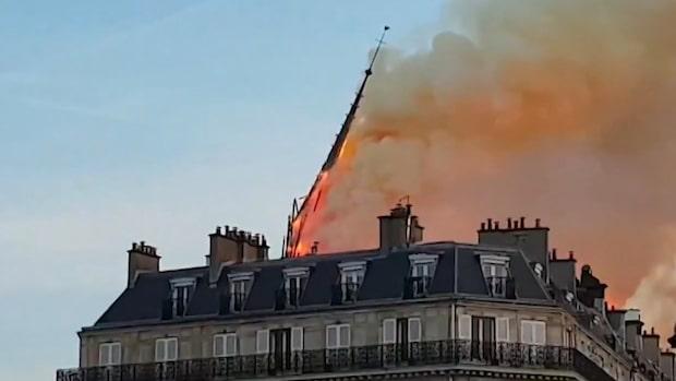Här ser Paris invånare Notre-Dames huvudspira rasa